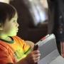 Tablety, mobily a jiné přístroje zpomalují vývoj mozku dítěte!