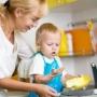 Děti v kuchyni. Já chci taky, jako maminka.