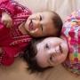 Kojit dvě děti současně? Má to své výhody!